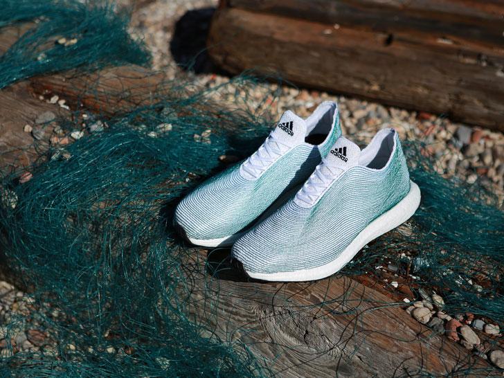 Zapatillas Adidas hecho con plástico encontrado en los océanos.