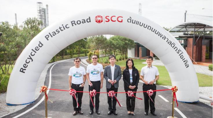 Siam Cement Groupinaugurando una nueva carretera hecha con plástico reciclado.