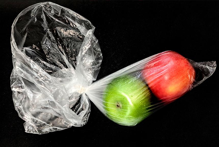 Manzanas protegidas en una bolsa de plástico.