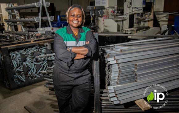 Ingeniera keniata que recicla plástico para crear ladrillos